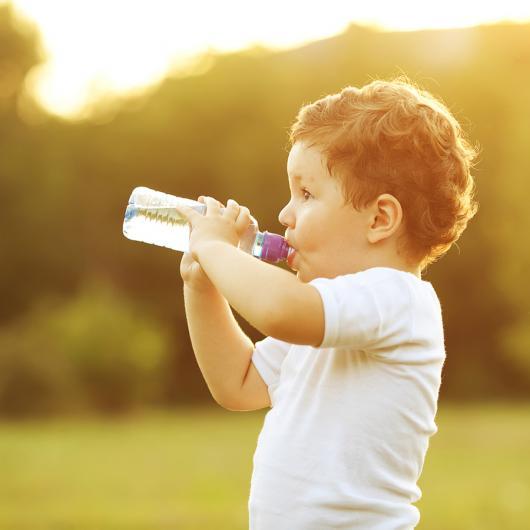 Как приучить ребенка пить воду и чем ее можно заменить?